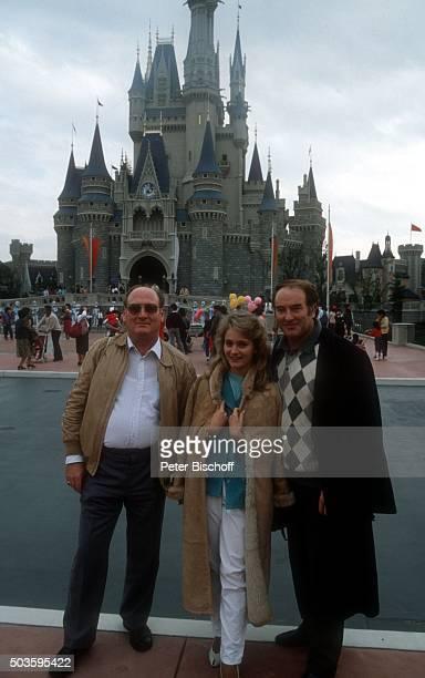 Siegfried Hohloch Tochter Nicole Robert Jung privat am Rande vom Internationalen Liederfestival am im Disneyland in Tokio Japan