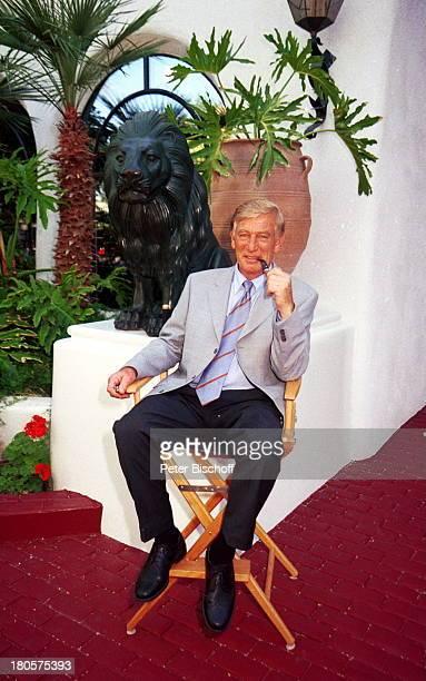 Siegfried Rauch Dschungel Palast von S i e g f r i ed R o y ZDFReihe Traumschiff Folge 40 Las Vegas Kalifornien USA Homestory Stuhl Palmen Pfeife...