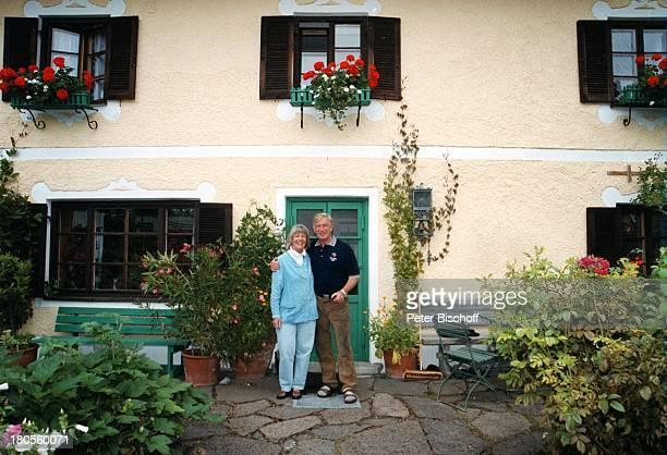 Siegfried Rauch Ehefrau Karin Rauch Vorfreude auf Sydney Homestory Oberbayern Garten Frau Umarmung OlympiaTShirt umarmen Schauspieler Promis...