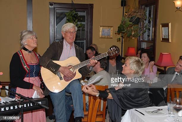 Siegfried Rauch Ehefrau Karin vorne rechts Inka Bause 2 Tisch vlnr Tom Mikulla Eva Kristian Kiehling dahinter Nicki von Tempelhoff Karin Dor Party...