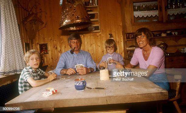 Siegfried Rauch , Sohn Benedict , Sohn Jacob, Ehefrau Karin,, Homestory, bei Murnau/Bayern, , Tisch, Karten spielen, Kind, Kinder, Pfeife, rauchen,...