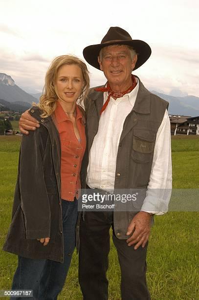 """Siegfried Raucl , Marita Marschall , ARD-Film """"Der Ruf der Berge"""", alter Titel """"Alarm in den Bergen"""", Ellmau /Tirol/Österreich, , Alm-Wiese, umarmen,..."""