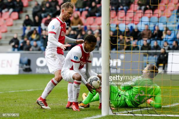 Siem de Jong of Ajax David Neres of Ajax after the 32 during the Dutch Eredivisie match between Vitesse v Ajax at the GelreDome on March 4 2018 in...