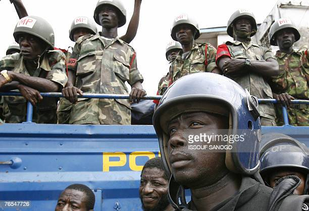 Sierra Leonean Police listen during a meeting given by Vice President Soloman Berewa 06 September 2007 in Freetown on the last day of the second tour...