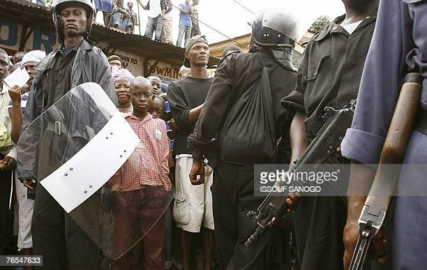 Sierra Leonean Police position themselves 06 September 2007 during a meeting given by Vice President Soloman Berewa in Freetown on the last day of...
