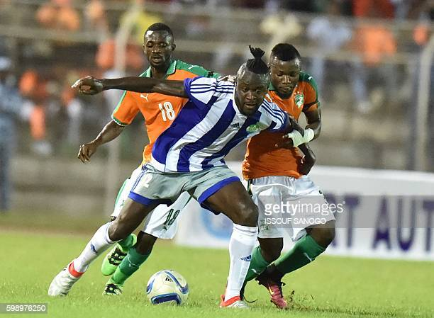 Sierra Leone's Kei Kamara fights for the ball with Ivory Coast's players at the Stade de la Paix in Bouake on September 3, 2016 during the 2017...
