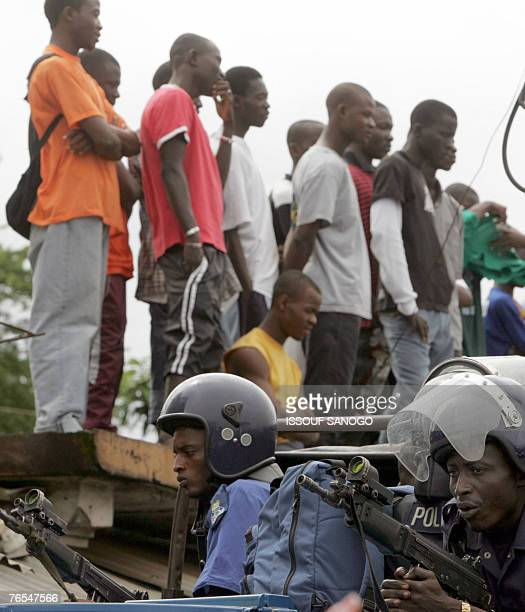 Sierra Leonian Police position themselves on a truck 06 September 2007 during a meeting given by Vice President Soloman Berewa in Freetown on the...