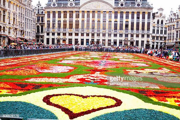 sight seeing at flower carpet 2014 - grote markt brussel stockfoto's en -beelden