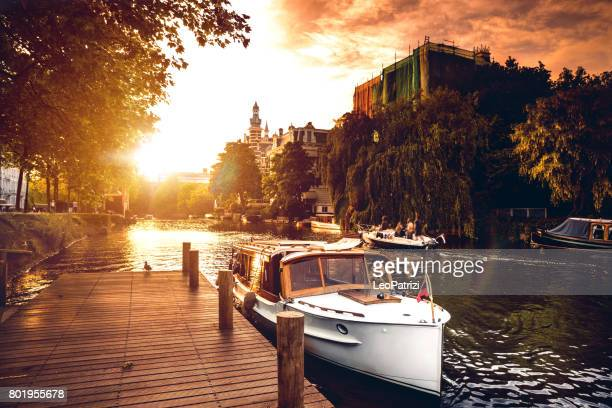 sightseeing langs de amsterdamse grachten - watervaartuig stockfoto's en -beelden