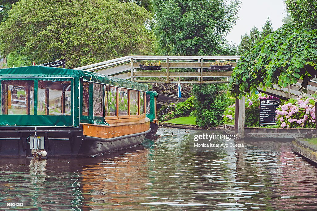 Sightseeing boat in Giethoorn : News Photo