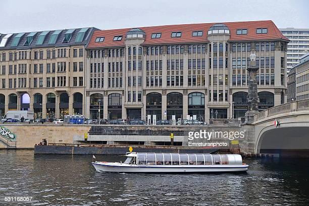 sightseeing boat on river spree - emreturanphoto stockfoto's en -beelden