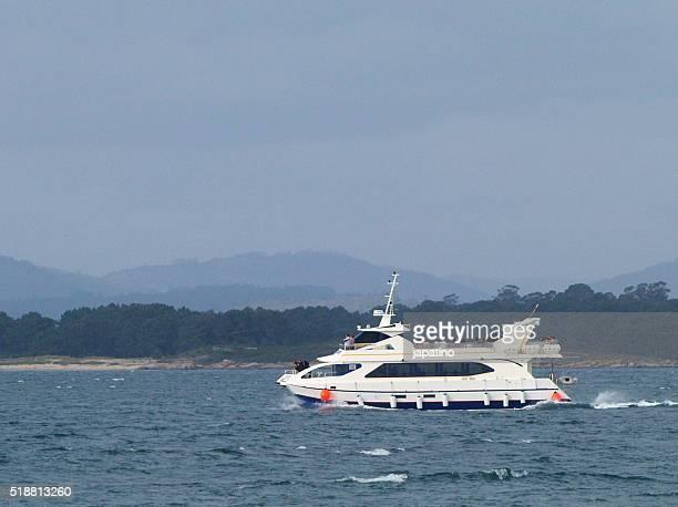 sightseeing boat - países del golfo fotografías e imágenes de stock