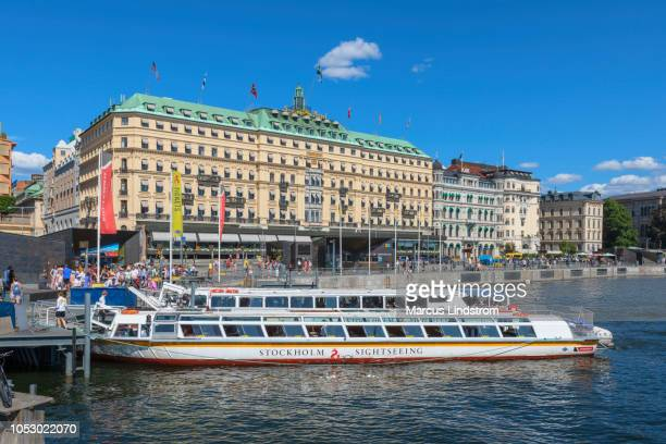 sightseeing boats by the grand hotel, stockholm - grand hotel stockholm stock pictures, royalty-free photos & images