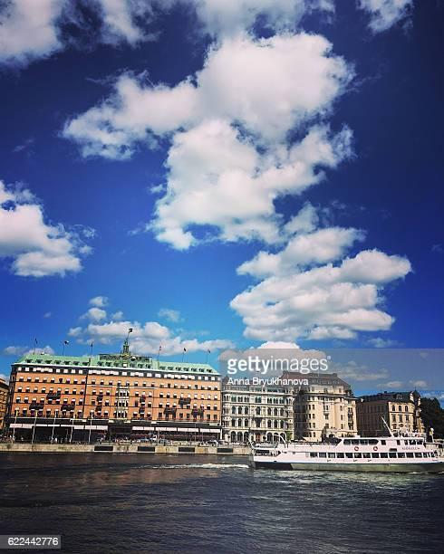 観光ボートで stockholm,sweden - ストックホルム グランドホテル ストックフォトと画像