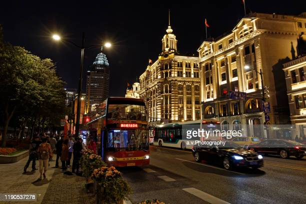 sightseeing bus at the bund in shanghai. - andre vogelaere stock pictures, royalty-free photos & images