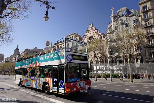 sightseeing bus in front of casa batllo and casa ametller - alamany fotografías e imágenes de stock
