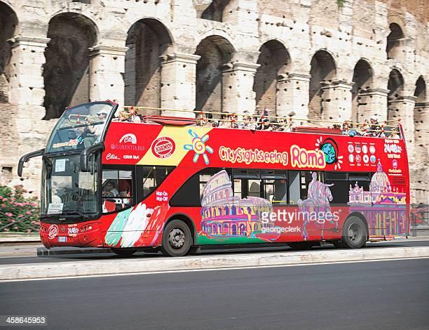visita l'autobus passa il colosseo a roma - antica roma foto e immagini stock