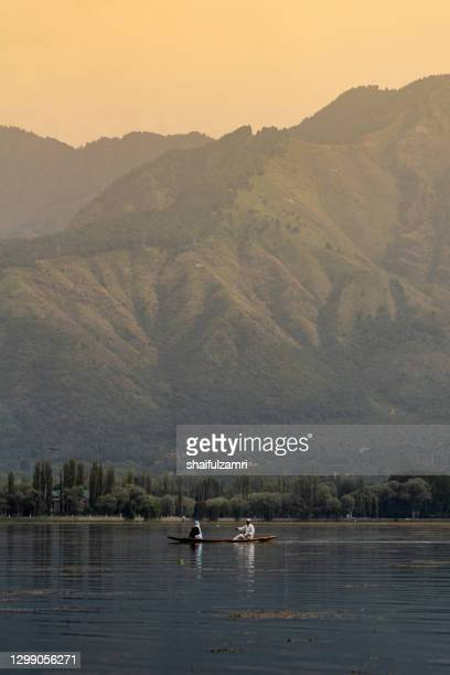 sightseeing over dal lake using a shikara - a type of wooden boat. shikara are of varied sizes and are used for multiple purposes, including transportation of people. - shaifulzamri 個照片及圖片檔