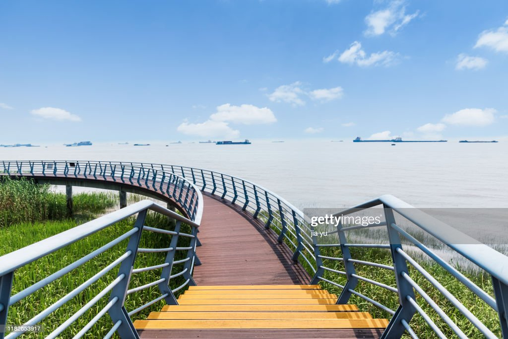 A sightseeing pathway along the Yangtze river : Stock Photo