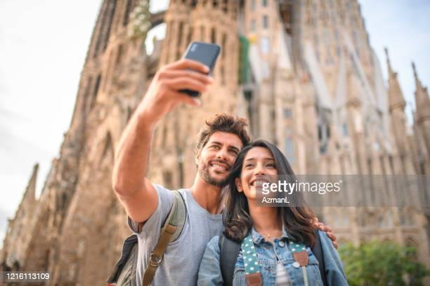 sehenswürdigkeiten in barcelona beim selfie in der sagrada familia - familia stock-fotos und bilder