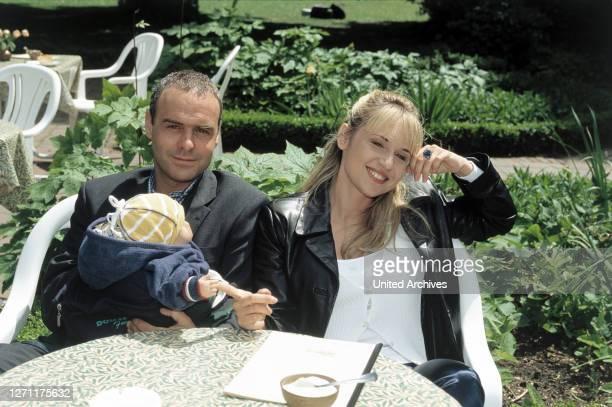 WENIG / D 1997 / Sigi Rothemund JOPHI RIES und ANICA DOBRA im Fernsehfilm 'Frau zu sein bedarf es wenig' 1997 / Überschrift FRAU ZU SEIN BEDARF ES...