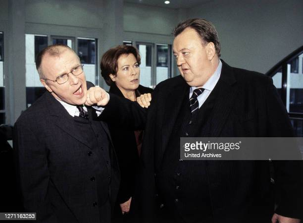 Sigi Rothemund Richard Brosche ist glücklich verheiratet, Vater einer Tochter und auf dem besten Weg, Direktor einer Versicherungsgesellschaft zu...