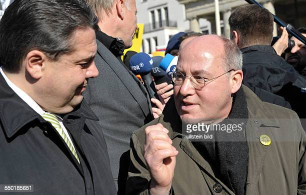 Sigmar Gabriel und Gregor Gysi während einer Kundgebung unter dem Motto Stoppt den SolarAusstieg Gegen die Kürzung der Fördermittel auf dem Pariser...