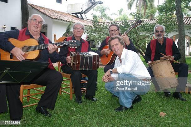 Sigmar Solbach einheimische SalsaMusikgruppe neben den Dreharbeiten zum ARDFilm Am Kap der Liebe Unter der Sonne Uruguays alter Titel Das Lied der...