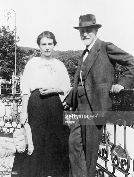Sigmund and Anna Freud at Haag Congress. Photography. About 1920. [Sigmund und Anna Freud beim Haager Kongress. Photographie. Um 1920]