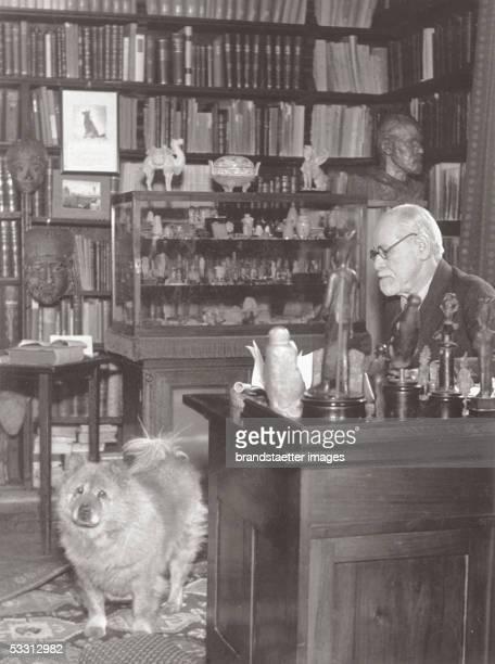 Sigmund Freud on his desk in the viennese Berggasse Around 1935 [Sigmund Freud oesterreichischer Neurologe Arzt Begruender der Psychoanalyse Freud am...