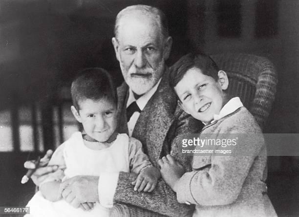 Sigmund Freud with his grandsons Heinz and Ernst Sons of the deceased daughter Sophie Photography around 1923 [Sigmund Freud mit seinen Enkeln Heinz...