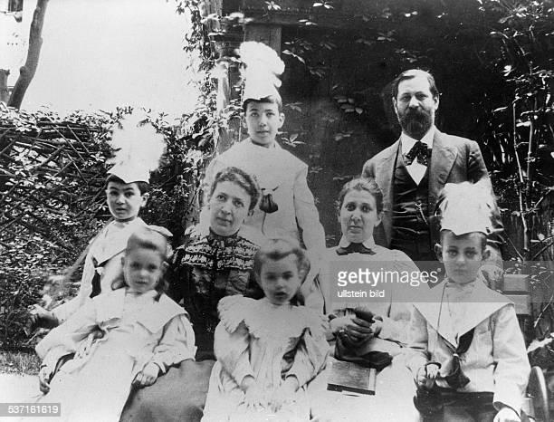 Sigmund FreudSigmund Freud Wissenschaftler Psychoanalytiker Österreich mit Ehefrau Martha und den fünf Kindern sowie Minna Barnays 1898