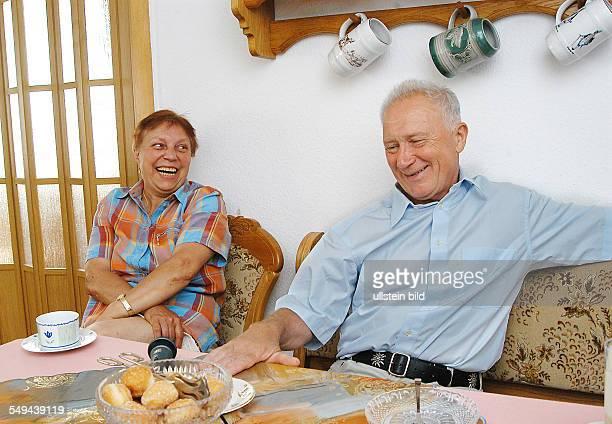 Sigmund JÄHN, ehemaliger Kosmonaut, mit Ehefrau Erika in seinem Haus in Strausberg