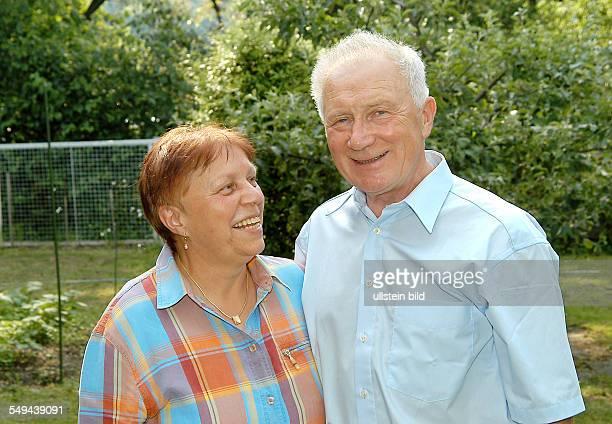 Sigmund JÄHN, ehemaliger Kosmonaut, mit Ehefrau Erika in seinem Haus-Garten in Strausberg