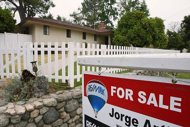 Photos et images de March Existing Home Sales Drop Three