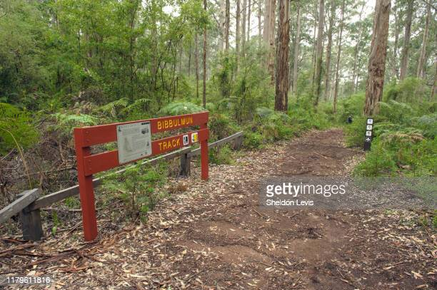 sign alongside the world-renowned bibbulman track near pemberton, in the south-west of western austraila - by sheldon levis photos et images de collection