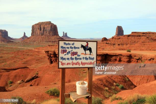 sign asking to pay for photos of the man with horse in a desert landscape in monument valley - rainer grosskopf stockfoto's en -beelden