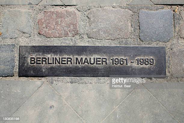 sign, berlin wall 1961 - 1989, masonry strip at checkpoint charly, marking the former path of the berlin wall, berlin, germany, europe - 1980 1989 fotografías e imágenes de stock