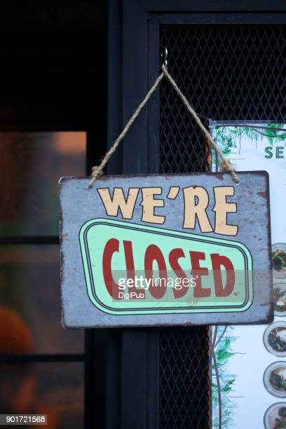 """we're closed"" sign board - cartello chiuso foto e immagini stock"