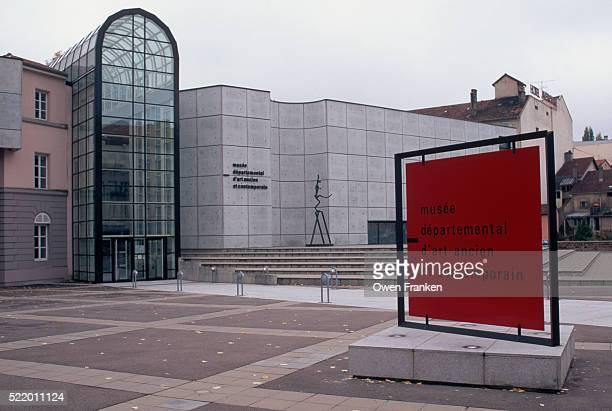 sign for the museum of early and contemporary art - epinal photos et images de collection
