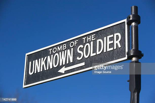 sign for tomb of the unknown soldier, arlington national cemetery, virginia, usa - tomb of the unknown soldier arlington - fotografias e filmes do acervo