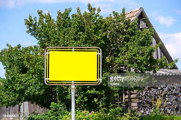 schild-yellow leeres ortschild - ländliches motiv stock-fotos und bilder