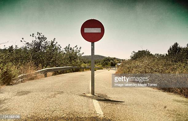 sign in middle of road - verboten stock-fotos und bilder