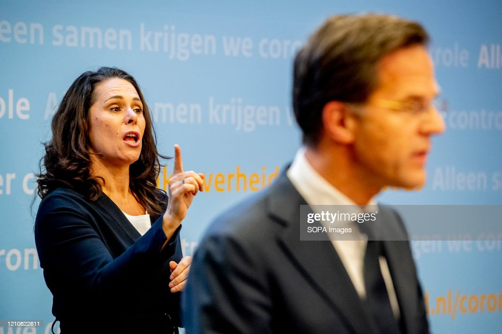 Sign interpreter, Irma Sluis seen during a press conference... : Nieuwsfoto's