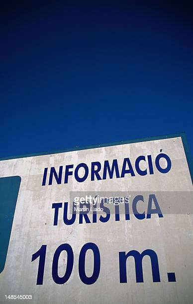 a sign leads tourists in the right direction in the coastal town of roses. - roses catalonia stock pictures, royalty-free photos & images