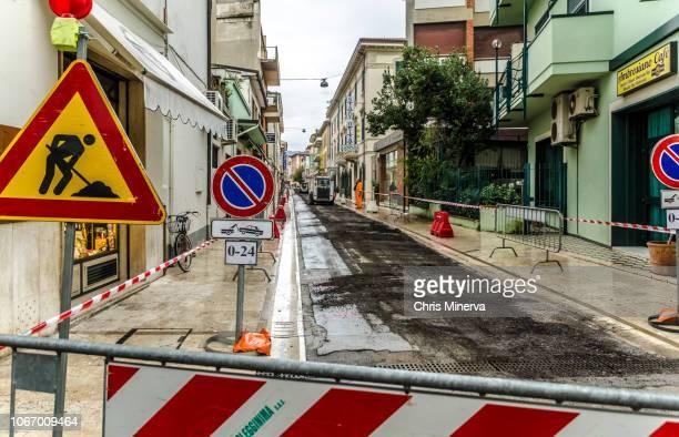 sign marking 'caution men at work' on a closed street - only men stockfoto's en -beelden