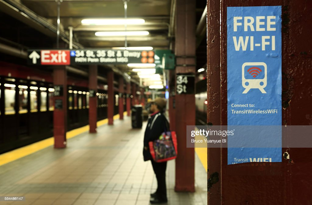 Sign Marking Free Wi-Fi spot at subway station : ストックフォト
