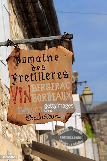 サインのフランスワインショップでドルドーニュ - ベルジュラック ストックフォトと画像
