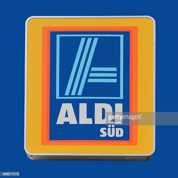 Schild eines ALDI Store, isoliert auf Blau