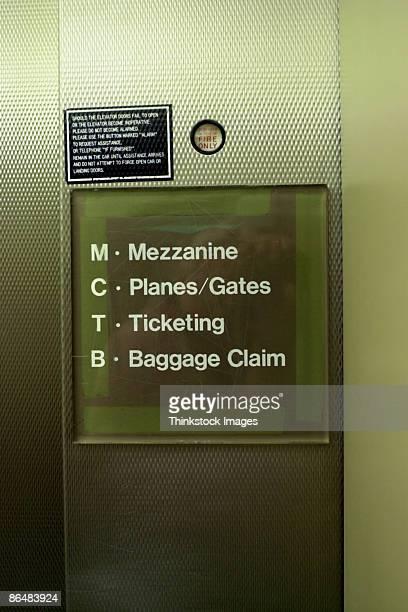sign of levels in airport - mezzanine photos et images de collection
